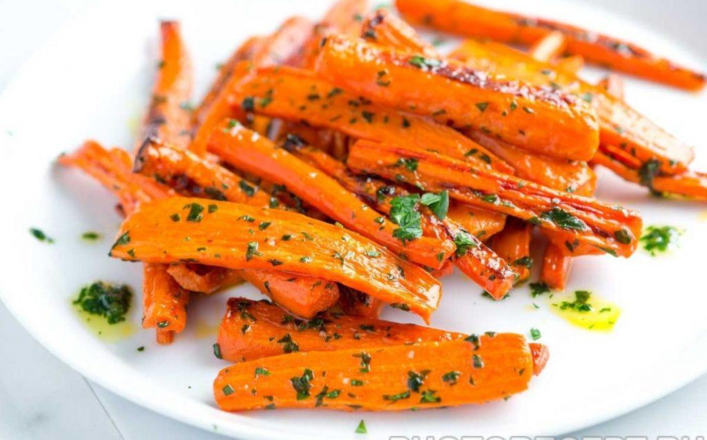 Запеченная морковь с зеленью и приправами